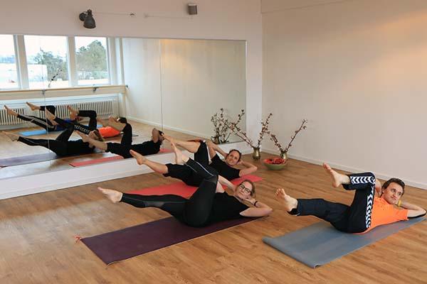 gymnastik med folk der dyrker pilates
